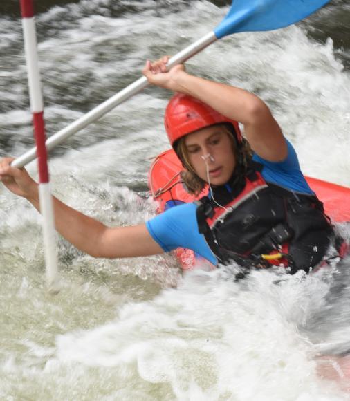 Jeune en Kayak sur le parcours d'Epinal